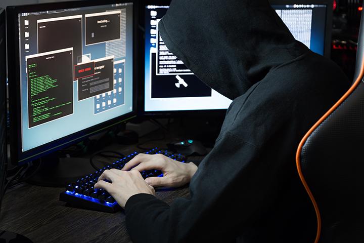 Homem acessando computador e usando framework Metasploit