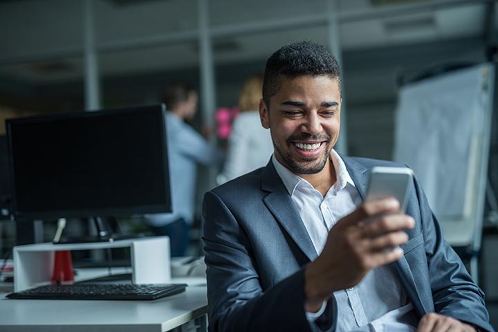 Homem acessando a internet pelo celular