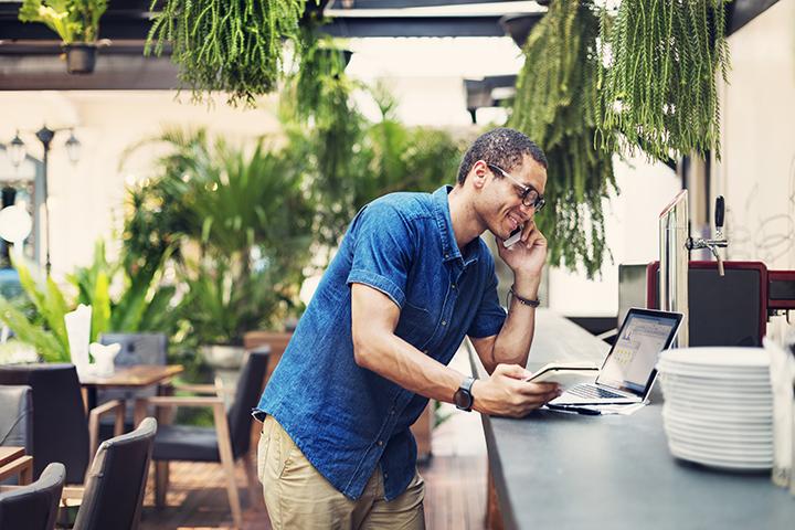 Homem usando laptop celular e tablet para trabalhar conectado no Wi-Fi
