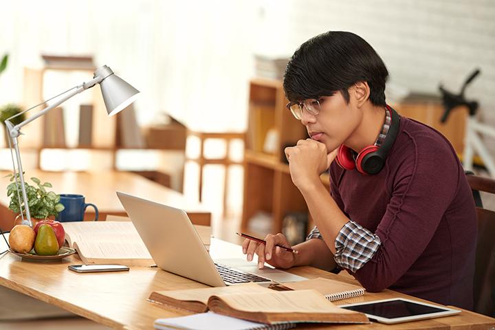 Canditado fazendo prova da EXIN ou CompTIA sobre Cloud Computing