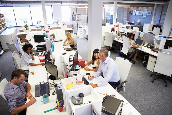 Escritório de grande empresa com muitos funcionários trabalhando e usando ITIL