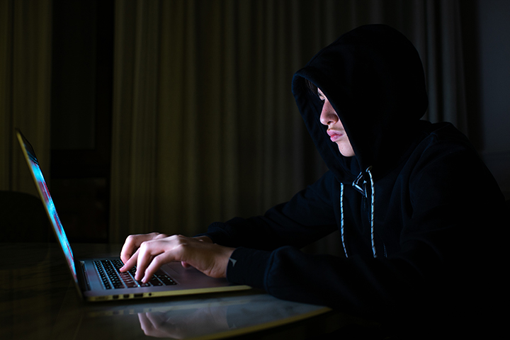 Hacker usando laptop e acessando a internet para ataques