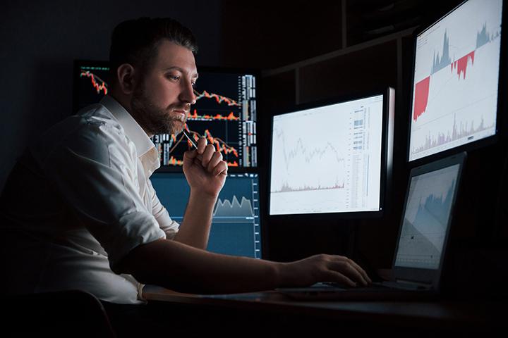 Homem acessando computadores e evitando ameças M_o_R