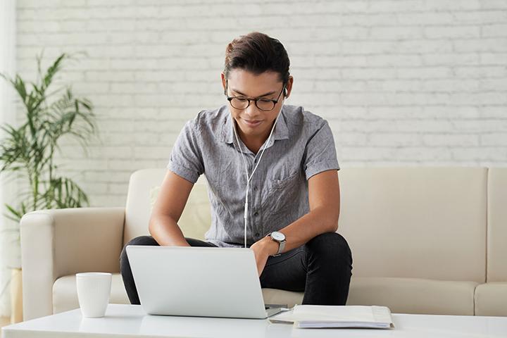 Homem fazendo o exame de CobiT 5 Foudation pela internet