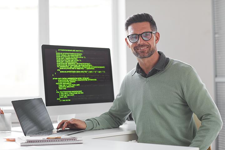 Homem feliz usando o melhor framework para ele e sua empresa