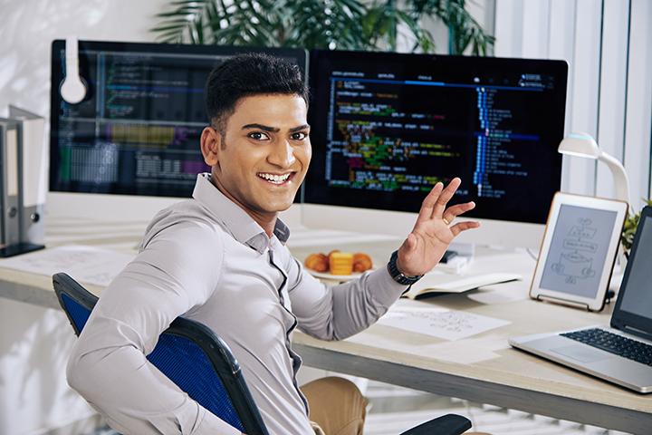 Homem programador trabalhando em seu escritório desenvolvendo software