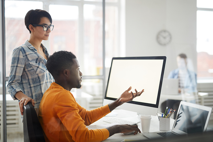 Mulher e homem conversando sobre falha em projeto de software