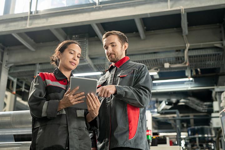 Mulher e homem trabalhando juntos com controle de qualidade ISO 27001