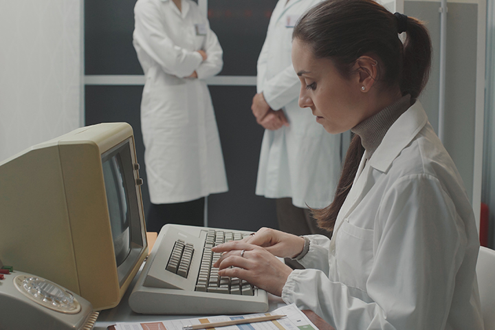 Mulher usando computador antigo e fazendo valer se do método ITIL