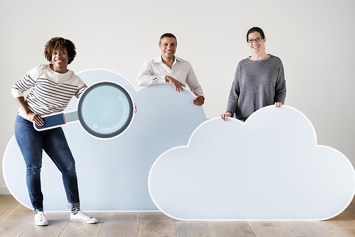 Pessoas segurando nuvens para compartilhar dados no Cloud Computing