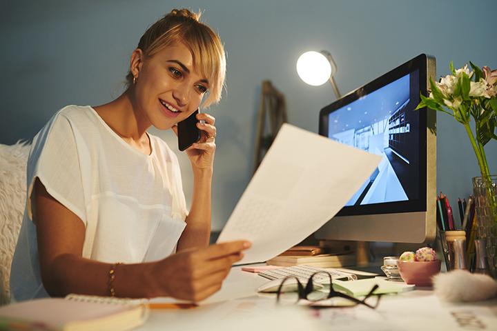 mulher_falando_ao_telefone_e_lendo_documento