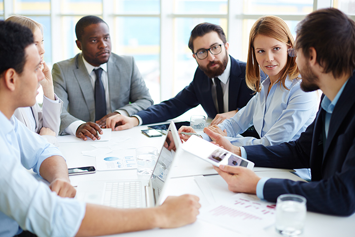 pessoas_fazendo_reunião_sobre_negócios_usando_métodos_ágeis