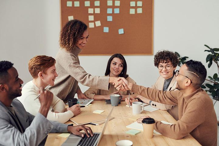 cumprimento_entre_pessoas_durante_reunião