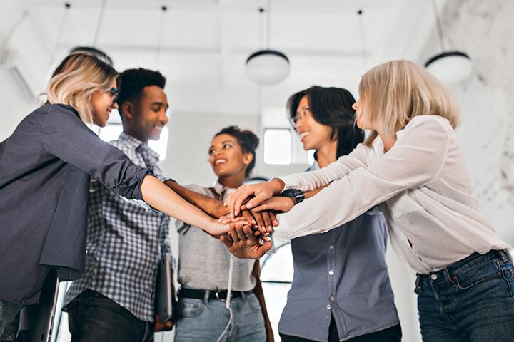 Colegas de trabalho celebrando conquista por agilidade