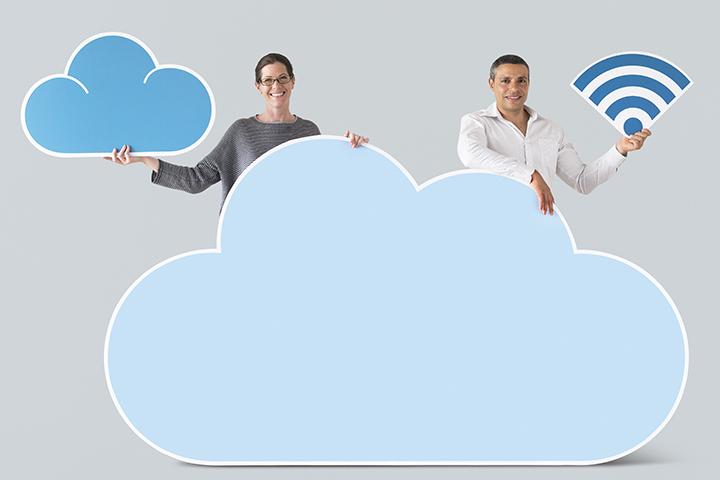 Homem e mulher segurando nuvem do cloud computing