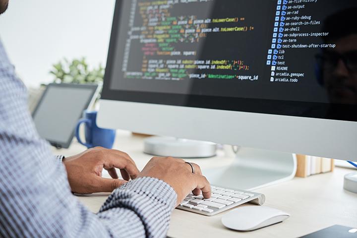 Profissional de TI fazendo programação e usando método COBIT