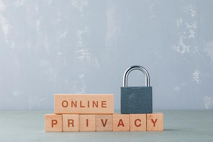 Cadeado sobre blocos de brinquedo reforcando conceito de online privacy