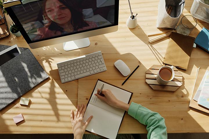 Pessoa fazendo curso online de ISO 27001