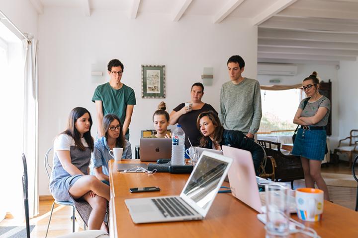 Pessoas em escritório trabalhando e seguindo a norma ISO 27001