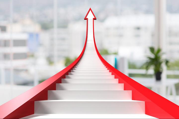 Seta vermelha subindo indicando profissional mais qualificado em ISO 27001
