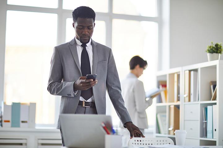 Homem utilizando seu smartphone com a cloud computing
