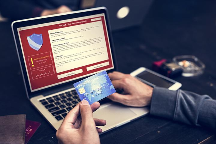 Pessoa usando cartão de crédito em site protegido pela GDPR