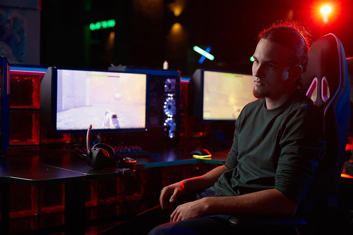 Homem trabalhando em seu computador com segurança cibernética
