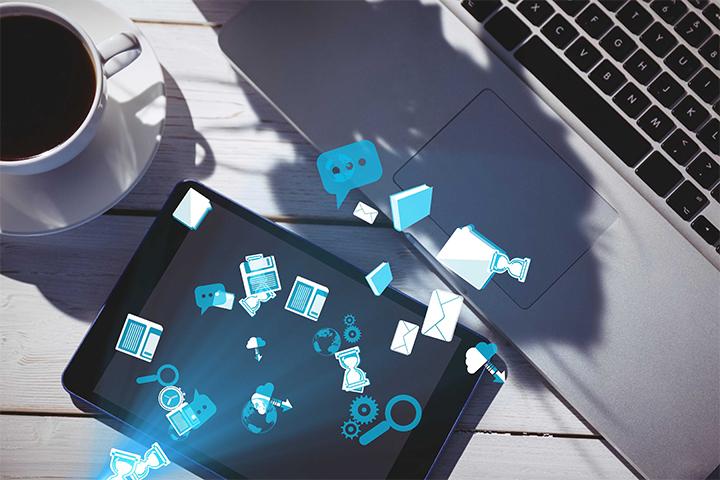Xícara de café, laptop, tablet e alguns elementos de pesquisa para habilidades ITIL
