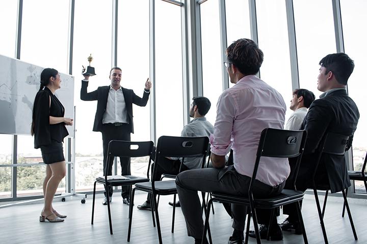 Funcionários em reunião levantando os falsos positivos