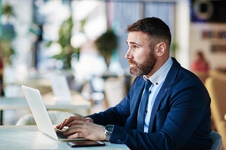 Homem usando laptop e aplicando a pratica Shift Left